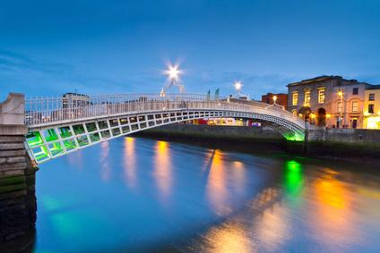 Die berühmte Half Penny Bridge bei Nacht