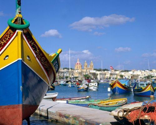 Sprachkurs in St. Julian's Malta, maltesische Luzzu Boote im Hafen