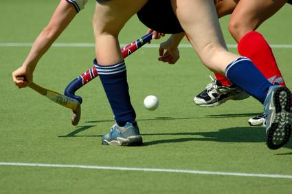 Hockeyspieler im Zweikampf um den Ball