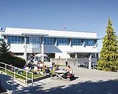 Studenten vor einem Seminargebäude der Vancouver Island University