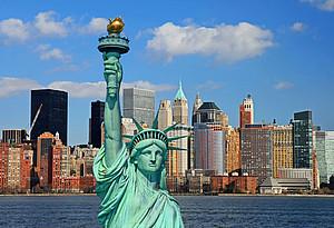 Freiheitsstatue und Skyline von New York