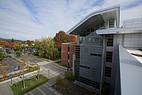 Blick auf den Campus und ein Seminargebäude
