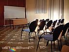 Stuhlreihe vor Tafel