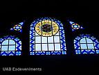 bemalte,historische Fenster der Universitat Autónoma de Barcelona  mit dunklem Hintergrund