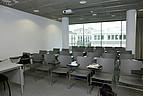 grauer Hörsaal mit Overheadprojektor