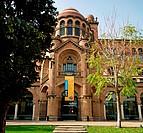 Der Eingangsbereich und das Banner der Universitat Autónoma de Barcelona