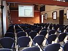 Der Hörsaal mit großer Leinwand und googlemap Bild