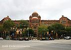 Straße mit historischem Gebäude der Universitat Autónoma de Barcelona