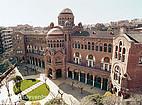 Die vordere Seite der Universitat Autónoma de Barcelona und ihr Vorhof