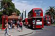 Rote Doppeldeckerbusse auf dem Campus der UC Davis