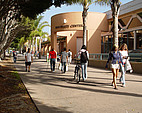 Studenten vor dem University Center der University of California, Santa Barbara