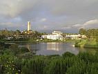 Blick über die Lagune auf den Campus der UC Santa Barbara