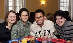 Studierende in der Mensa der StFX