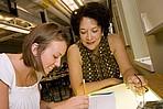 Dozentin im Gespräch mit einer Studentin