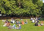 Student enstpannen zwischen den Vorlesungen im Park