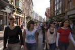 Sprachschüler des CES Dublin flanieren durch eine Fußgängerzone der irischen Hauptstadt