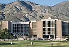 Campus der CSU Bernardino vor den San Bernardino Mountains