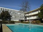 Seminargebäude mit Springbrunnen auf dem Campus der CSU East Bay