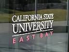 Logo der CSU East Bay auf der Eingangstür zur Business School