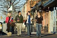 Studierende bei einem Spaziergang durch die Innenstadt von Fort Collins