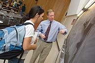 Ein Professor bei erklärt einer Studentin den Unterrichtsinhalt