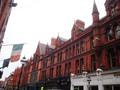 Straße in Dublin mir irischen Flaggen