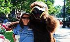Studentin des Fisher College mit dem Maskottchen