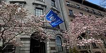 Fahne und Gebäude des Fisher College in Boston