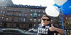 Studentin vor einem der Gebäude des Fisher College