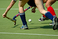 Hockeyspielerinnen beim Zweikampf um den Ball