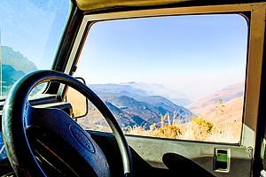 Blick aus einem Auto auf die Landschaft