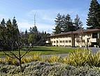Blick auf ein Studentenwohnheim und den Campus