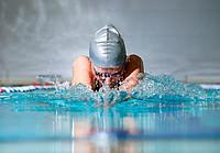 Schwimmerin beim Brustschwimmen