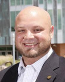 Sean Gilmore vor dem USF Student Center