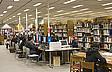 Studenten bei der Recherche in der Bibliothek