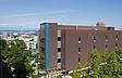 Das Hauptgebäude des Seattle Central Community College mit der Space Needle im Hintergrund