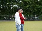 Hockey Trainer beobachten die Spielerinnen während des Trainings