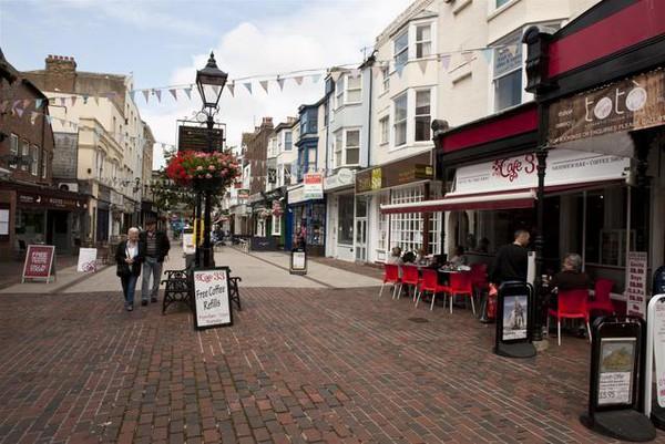 Cafés in einer Straße in Worthing