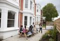 Sprachschüler im Garten der Centre of English Studies Worthing
