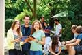 Sprachschüler im Garten von LSI Cambridge