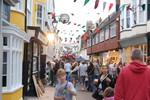 Belebte Straße in der Altstadt von Hastings