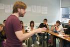 Sprachlehrer in Kommunikation mit Sprachschülern der Sprachschule Language in Dublin