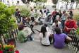 Sprachschüler vor dem Gebäude in Dun Laoghaire