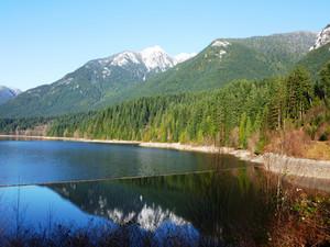 Schneebedeckte Berge an einem See in Vancouver, Kanada