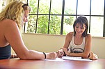 Sprachschülerinnen am lernen auf der Terrasse der Sprachschule BELS Gozo