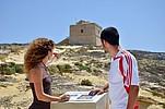 Sprachschüler vor einem historischen Gebäude