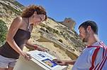 Sprachschüler vor einer historischen Stätte auf Gozo