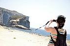 Sprachschülerin fotografiert am Strand von Gozo