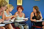 Sprachschülerinnen diskutieren beim Englisch Unterricht