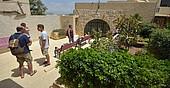 Sprachschüler vor dem Unterrichtsgebäude BELS Gozo